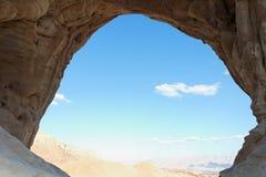 Wüstenlandschaft gesehen von der Höhle Lizenzfreie Stockbilder
