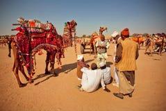 Wüstenlandschaft und -dorfbewohner Stockfotografie