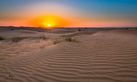 Wüstensonnenuntergangbelichtung nahe Dubai, Vereinigte Arabische Emirate stockfotografie