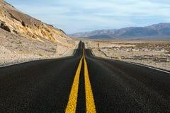 Wüstenstraße Death- ValleyNationalpark Kalifornien stockbilder