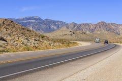 Wüstenstraße, Nevada, USA lizenzfreie stockfotos