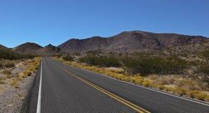 Wüstenstraße vor Death- ValleyNationalpark Stockbild