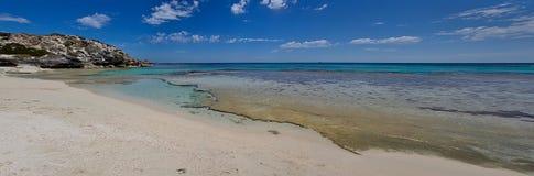 Wüstenstrand mit ruhigem turqoise Wasser lizenzfreies stockbild