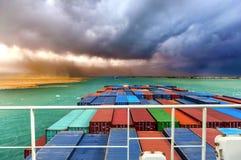 Wüstensturm in SUEZKANAL, Ägypten Großes Containerschiff im Konvoi Lizenzfreies Stockbild