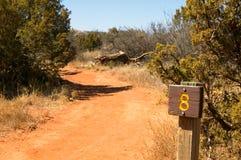 Wüstenwanderweg und Abstandsmarkierungswegweiser lizenzfreie stockbilder