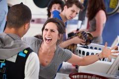 Wütend im Waschsalon lizenzfreies stockfoto
