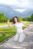 Wütende Frau, die Badminton spielt Lizenzfreie Stockbilder