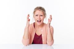 Wütende junge Frau, die mit den nervösen Händen, schreiender Druck sich ausdrückt Lizenzfreie Stockfotos