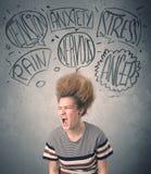 Wütende junge Frau mit extremem haisrtyle und Rede sprudelt Stockfotografie