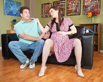 Wütende schwangere Dame Grabs Man Stockbild