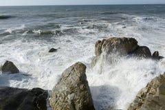 Wütende Wellen auf den Felsen Stockfoto