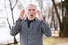 Wütender älterer schreiender Mann lizenzfreies stockfoto