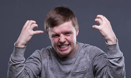 Wütender blonder junger Mann Stockbilder