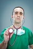 Wütender Doktor mit einem Stethoskop Lizenzfreies Stockbild