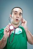 Wütender Doktor mit einem Stethoskop Lizenzfreies Stockfoto