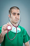Wütender Doktor mit einem Stethoskop Stockbilder