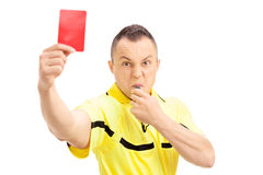 Wütender Fußballschiedsrichter, der eine rote Karte zeigt Stockbild