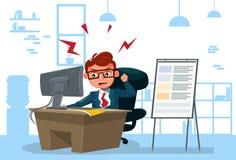 Wütender Geschäftsmann, der an Computer-Sit At Desk Over Office-Hintergrund arbeitet Lizenzfreies Stockfoto