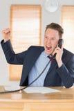 Wütender Geschäftsmann vergangen am Telefon stockbild