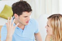 Wütender junger Mann, der oben gegen Freundin arbeitet Lizenzfreies Stockfoto