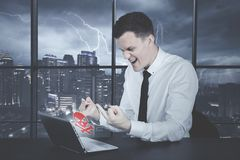 Wütender kaukasischer Geschäftsmann, der seinen Mittelfinger zeigt lizenzfreie stockfotografie