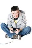 Wütender Kerl mit einem Steuerknüppel für Spielkonsole lizenzfreie stockfotografie