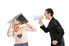 Wütender Mann, der über Megaphon, Frauenbedeckung kreischt Stockfoto