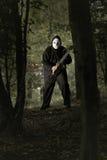 Wütender Mann mit Kettensäge im Wald Stockfotos