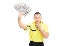 Wütender Referent, der eine Pfeife durchbrennt und Geld hält Lizenzfreie Stockfotos