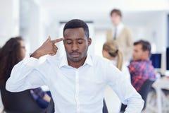 Wütender schwarzer Geschäftsmann ermüdete vom Arbeiten an Projekt im Büro lizenzfreie stockfotografie