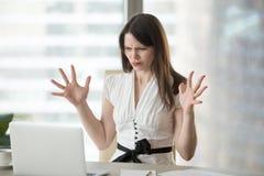Wütender weiblicher Angestellter, der Software-Probleme mit Laptop hat lizenzfreies stockfoto