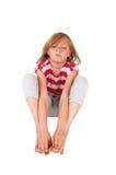 Wütendes Mädchen, das auf Boden sitzt Lizenzfreie Stockfotos