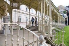 Wąż wiosny kolumnada w zdroju grodzki Karlovy Zmienia, Zachodnia cyganeria, republika czech obraz stock