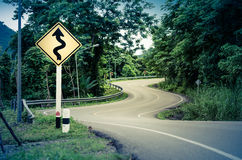 Wąż wyginający się znak ostrzegawczy i droga Obraz Royalty Free