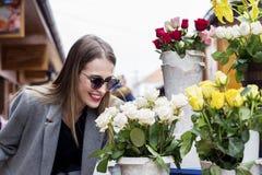 Wąchać białe róże na rynku zdjęcia royalty free