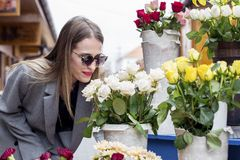 Wąchać białe róże na rynku obrazy stock