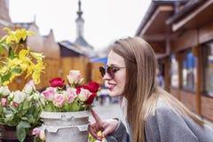 Wąchać białe róże na rynku obrazy royalty free