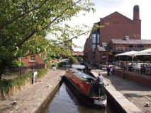 Wąska łódź żegluje kędziorek w centre Machester, Anglia fotografia royalty free