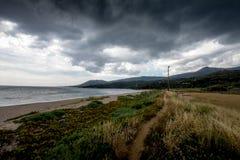 Wąska ścieżka na plaży w ciemnej pogodzie Zdjęcie Royalty Free