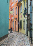 Wąska średniowieczna ulica w stary Ryskim, Latvia Zdjęcie Stock