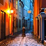 Wąska średniowieczna ulica w starym Ryskim mieście przy zimy nocą Zdjęcia Stock