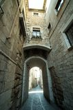 Wąska średniowieczna ulica z łukiem w Girona mieście, Hiszpania obrazy stock