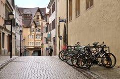 Wąska środkowa zwyczajna ulica z parkującym bicyklem zdjęcia stock