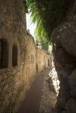 Wąska aleja w Èze wiosce, Francja Zdjęcie Stock