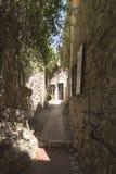 Wąska aleja w Èze wiosce, Francja Fotografia Stock