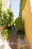 Wąska aleja w Èze wiosce, Francja Obrazy Royalty Free