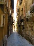 Wąska aleja w centrum miasta Palermo, Włochy zdjęcia stock