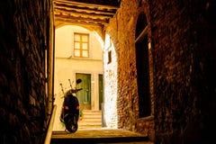 Wąska aleja w Spokojnym Peccioli fotografia stock