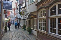 Wąska brukowiec ulica w historycznym Schnoor okręgu z restauracjami i sklepami Bremen, Niemcy, Listopad - 23rd, 2017 - Obraz Royalty Free