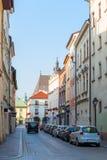 Wąska Europejska ulica z parkującymi samochodami Obrazy Stock